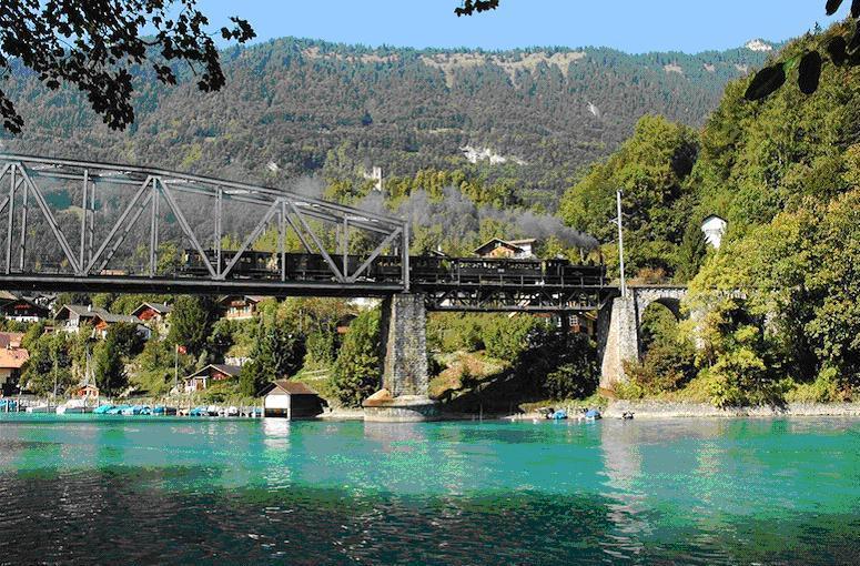 Dampfzug auf der Aarebrücke in Interlaken